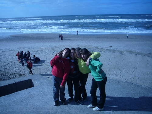 en la playa con abrigoss!        Alex,Irene,Isaura y yo^^ os kieroOo!