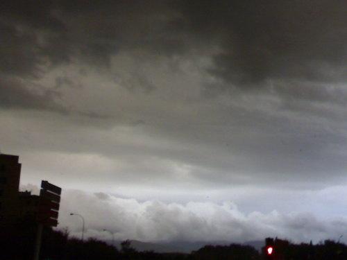 ESTAS son las nubes q abia justo antes d la tormenta VAYA COLORCITO !!!!!!! jej mola y s ve mu bn ade+